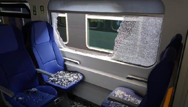 Sorpresi senza biglietto immigrati assaltano treno, distruggono vetri a sassate
