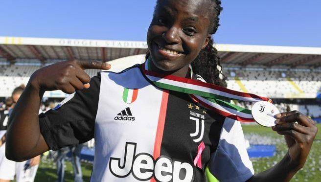 Eniola Aluko, la nigeriana che fugge dall'Italia perché la guardano male nei negozi
