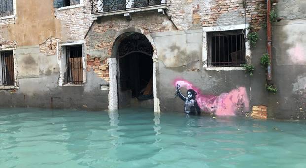 Il mare non molla i clandestini: la marea di Venezia sommerge il 'migrante' di Banksy