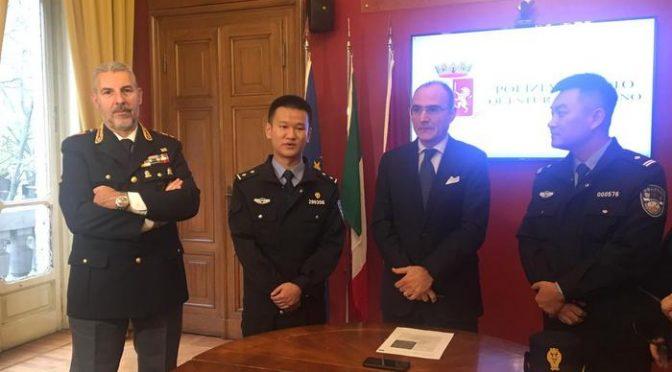 Poliziotti cinesi pattugliano le strade ITALIANE: senza vergogna