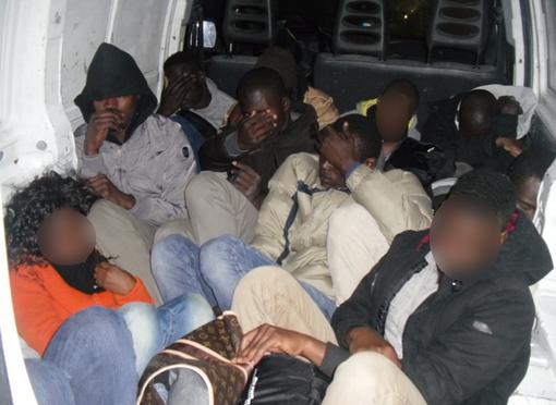 35 clandestini pagano altri 400 euro per lasciare l'Italia: Macron ce li rimanda