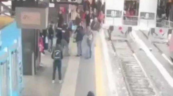Immigrato prende a sassate agenti alla Stazione Termini – VIDEO