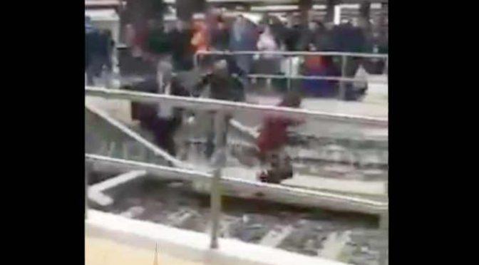Africano armato di coltello attacca agenti a stazione Termini, lancia pietre dai binari – VIDEO