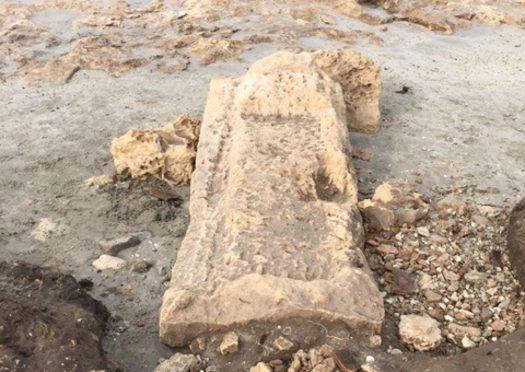 Mareggiata riporta alla luce tomba romana in Salento: sulla battigia!