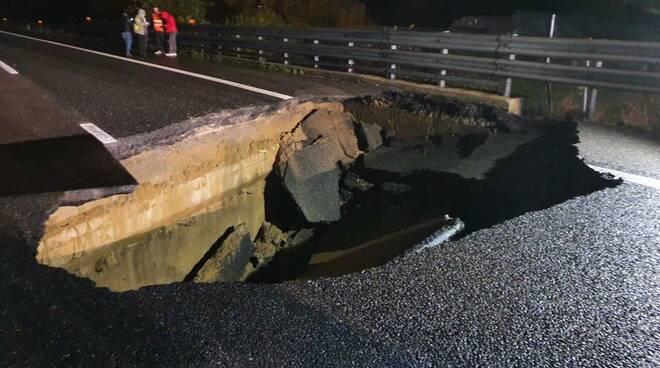 Si apre voragine sull'autostrada A21: l'Italia cade a pezzi