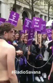 Femministe marciano con maschi al guinzaglio – VIDEO