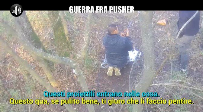 """Spacciatori marocchini esultano: """"Qui in Italia facciamo 400mila euro l'anno"""" – VIDEO"""