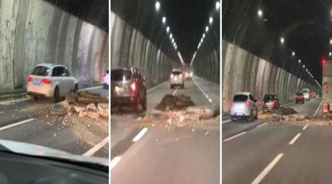 L'Italia cade a pezzi: sulla A26 in Liguria crolla il soffitto della galleria