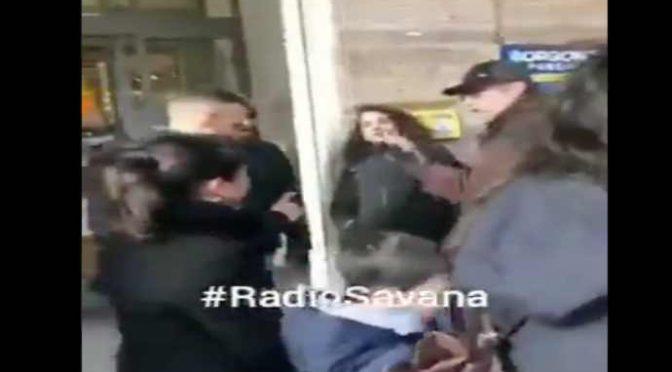 'Sardine' circondano banchetto Lega, impediscono raccolta firme – VIDEO