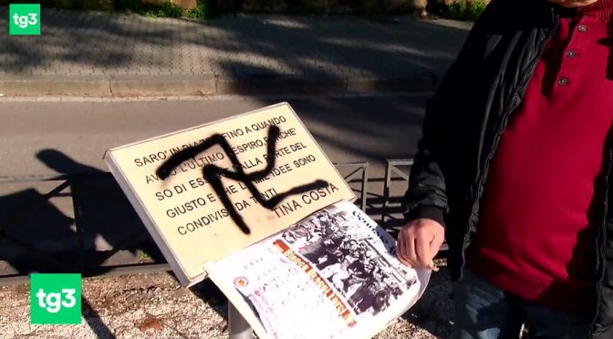 'Nazista' distratto disegna svastica al contrario su targa partigiana