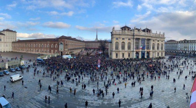 La neve e una piazza vuota accolgono Greta Thunberg a Torino – FOTO