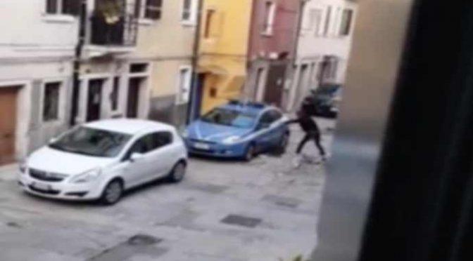'UOMO' DISTRUGGE AUTO POLIZIA A VENEZIA – VIDEO