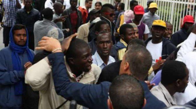 Poliziotti costretti a liberare Mustafà per evitare violenze: questura assediata