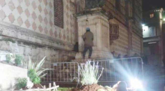 Urina sulla facciata del Duomo davanti al presepe – FOTO