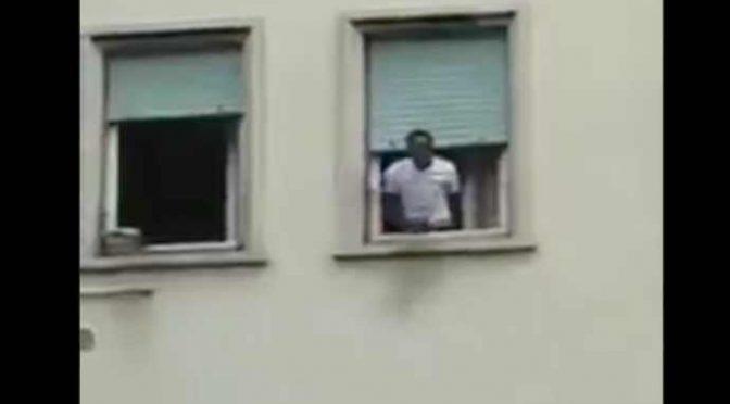 """Africano sfonda porta vicina: """"Io mi sc*po le vostre mogli poliziotti di mer*a"""" – VIDEO"""