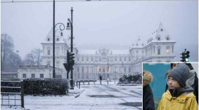 La neve accoglie Greta Thunberg a Torino: ecoballa gelata