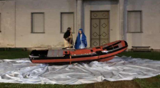 """Il barcone dei clandestini nel Presepe: """"Lo vuole Papa Francesco"""""""