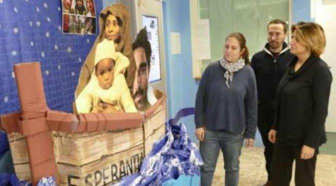 Scuola, barcone al posto del Presepe: Gesù è clandestino – FOTO