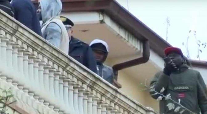 """Profughi si barricano e cacciano i poliziotti: """"Vogliamo la nostra paghetta entro venerdì"""" – VIDEO"""