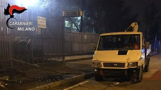 Migranti assaltano caserma Carabinieri: con furgone sfonda recinzione