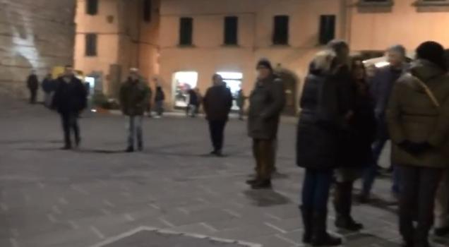 Pistoia, le sardine fanno flop: si radunano nella piazza vuota – VIDEO