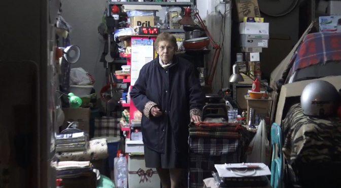 A 89 anni costretta a vivere in un garage: non è arrivata col barcone