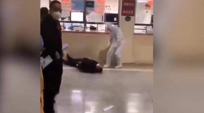Virus cinese, video mostrano presunti infetti cadere in strada – VIDEO