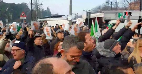 Salvini a Casalecchio: bar lo tiene fuori dopo minacce rosse, poi l'aggressione dei teppisti Pd – VIDEO