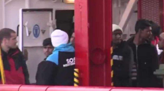 Ecco i 'minori' coi baffi sbarcati dalla Ocean Viking: ennesima truffa Ong – VIDEO