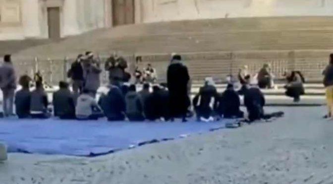 MUSULMANI PREGANO DAVANTI BASILICA DI ROMA – VIDEO CHOC