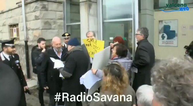 Emilia, Bonaccini contestato dalla folla: scappa – VIDEO