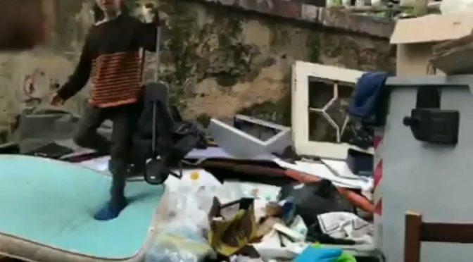 Napoli, bambini rom usati per scavare nei rifiuti di De Magistris – VIDEO