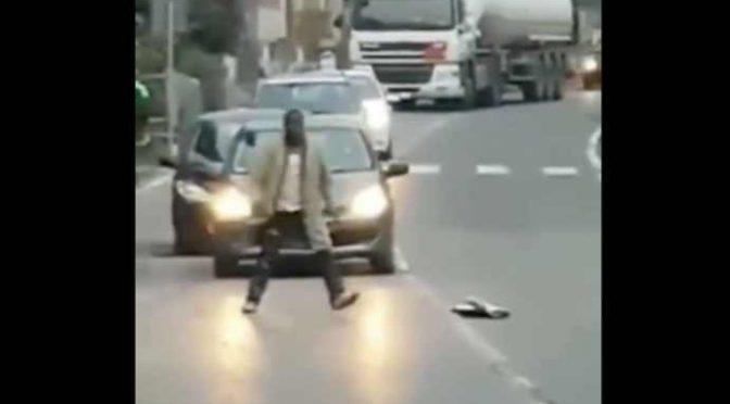 Immigrato armato di bastone blocca le auto, minaccia i passanti