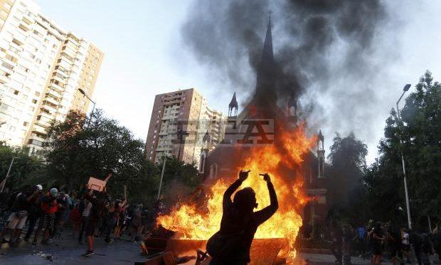 Estremisti di sinistra incendiano chiesa – VIDEO