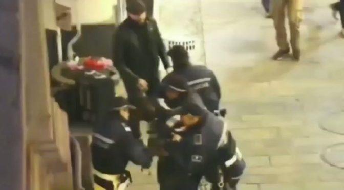 Immigrato abusivo rifiuta controlli: calci e pugni ad agenti – VIDEO