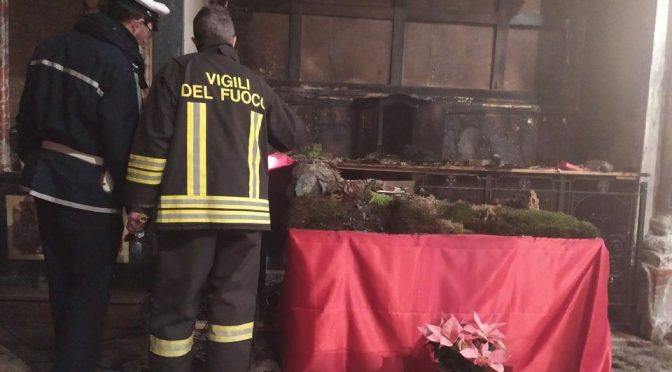 Presepe incendiato, chiesetta in fiamme ad Ivrea – VIDEO