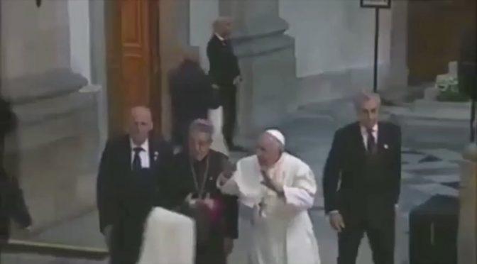 Bergoglio schifa il contatto umano: niente mano alla suora – VIDEO
