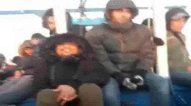 """Barconi di tunisini verso l'Italia dopo il voto: """"Stiamo arrivando"""" – VIDEO"""