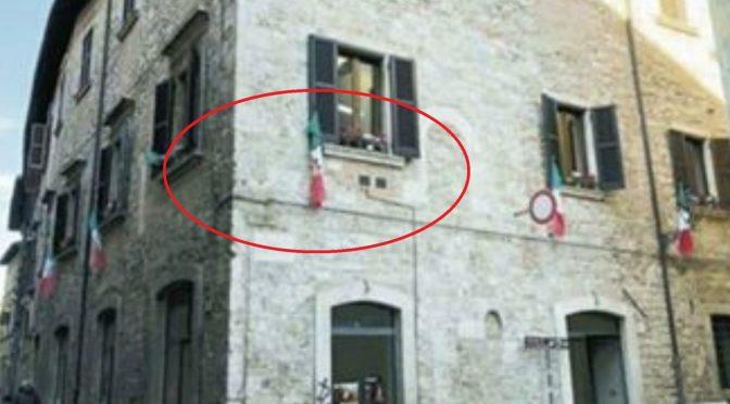 """Indagato per avere appeso il tricolore alla finestra: è """"fascista"""""""