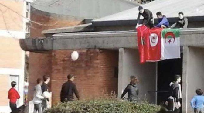 Immigrati occupano chiesa, issano bandiere islamiche – FOTO