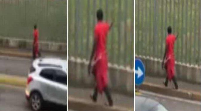 Nigeriano armato di cocci di vetro attacca passanti: altra strage sfiorata