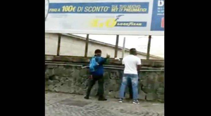 """Migranti pisciano per strada: """"E' nostro diritto"""" – VIDEO"""