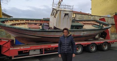 Invasata fa arrivare barcone da Lampedusa a Torino e lo piazza nel cortile – FOTO