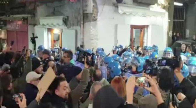 Sardine, pochi e violenti: assaltato comizio Salvini – VIDEO