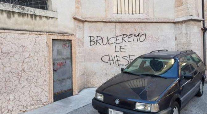 """Trento devastata da manifestazione pro immigrati, Polizia: """"Non possiamo intervenire"""""""