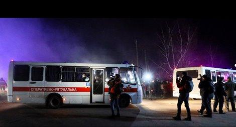 Coronavirus, folla assalta bus carico di potenziali infetti in Ucraina – VIDEO