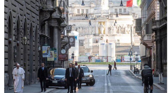 Bergoglio si ricorda di essere Vescovo di Roma e va a pregare per fine epidemia