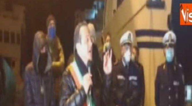 Messina, sindaco blocca i traghetti e manda affanc*lo il governo – VIDEO