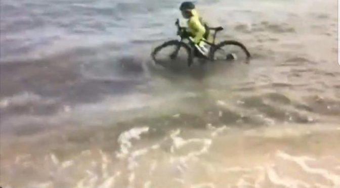 Coronavirus: ciclista in mare per evitare multa invasati di Conte