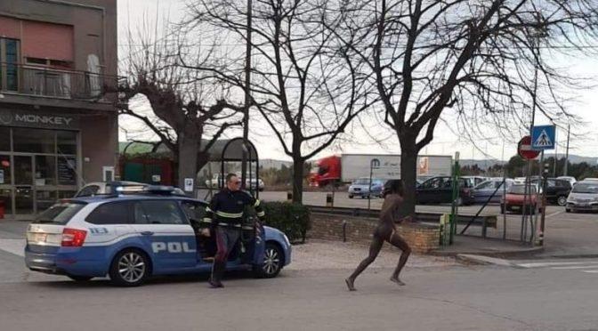 Immigrato fugge da centro accoglienza e corre nudo per strada